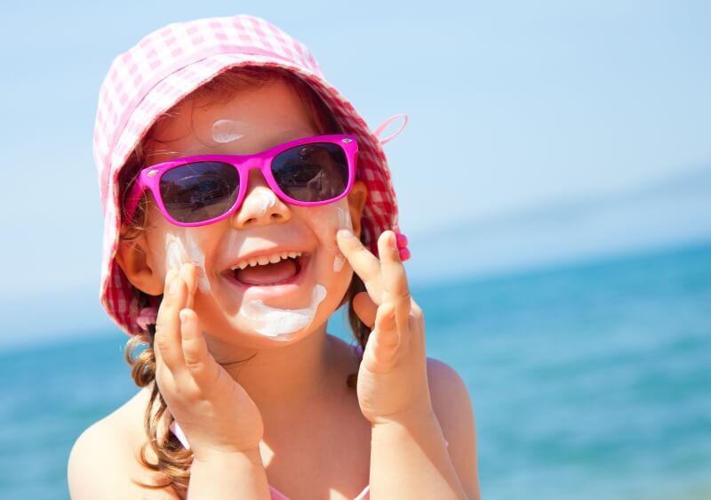 солнцезащитный крем на ребенке
