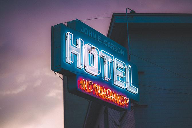 Фото вывески отеля Джон Карсон с надписью нет мест