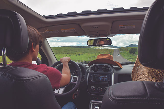 На фото люди путешествующие на автомобиле по США